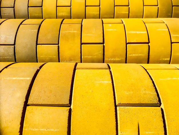 Courbe de mur de brique de couleur jaune
