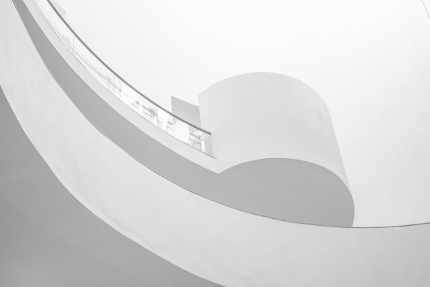 La courbe de la rampe dans le bâtiment