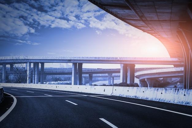 Courbe sur la route dans un coucher de soleil