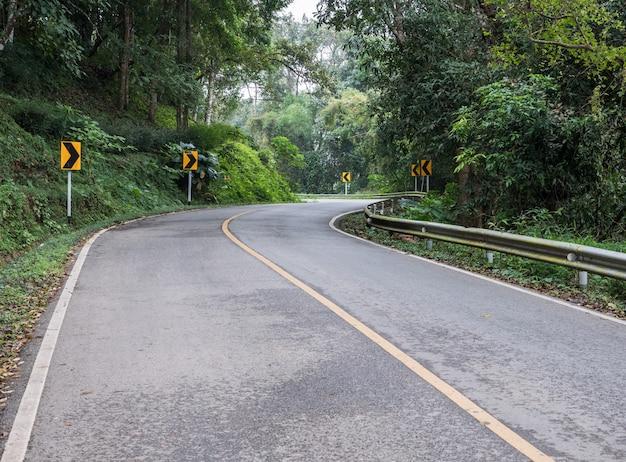 Courbe route goudronnée avec le signe directionnel.