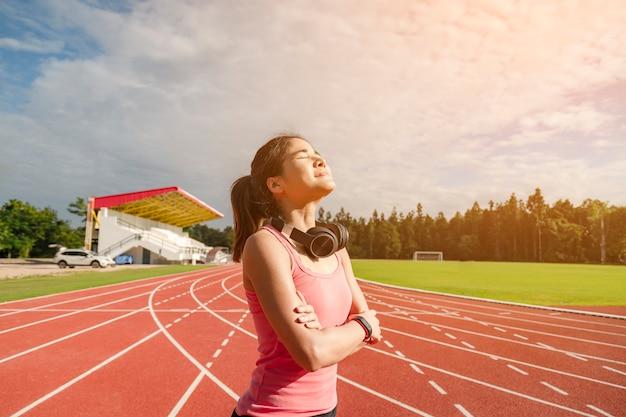 Coureur de femme asiatique sportive en vêtements de sport à la mode