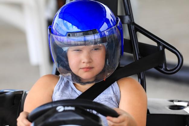 Coureur de fille sur le kart de course