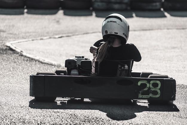 Coureur de karting sur une piste de course. vue arrière