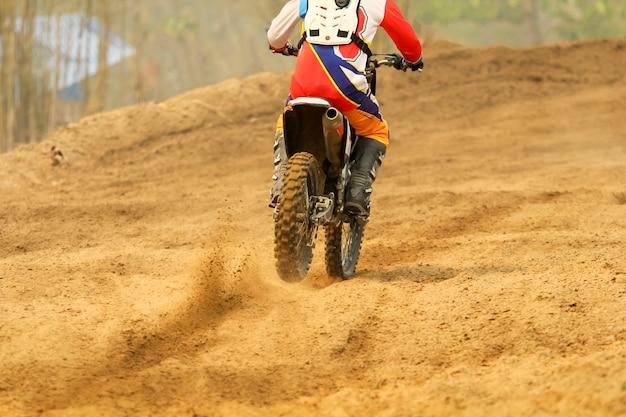 Coureur de motocross accélérant la vitesse en piste