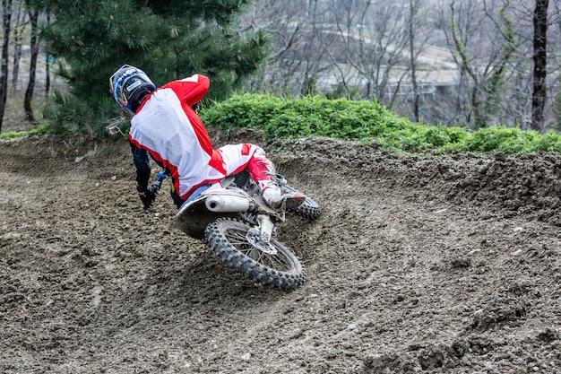 Un coureur de motocross professionnel roule sur la piste.