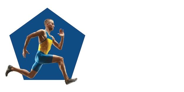 Coureur professionnel, athlète pratiquant. entraînement sportif sur fond blanc, flyer pour votre annonce. concept de compétition, sport, mode de vie sain, action, mouvement et mouvement. conception géométrique.