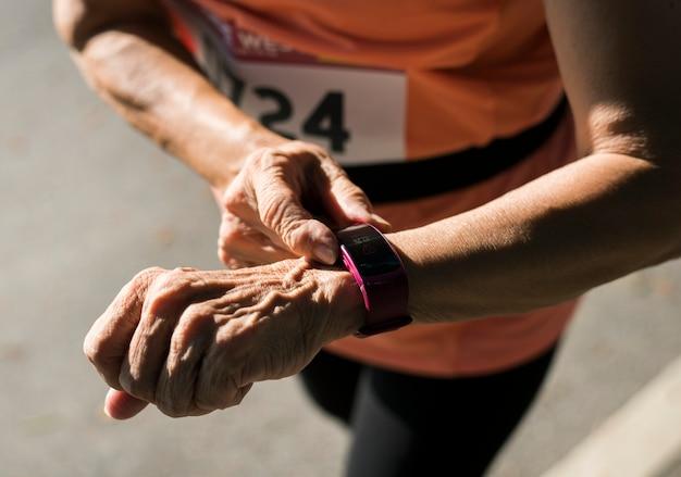 Coureur senior utilisant un tracker de fitness