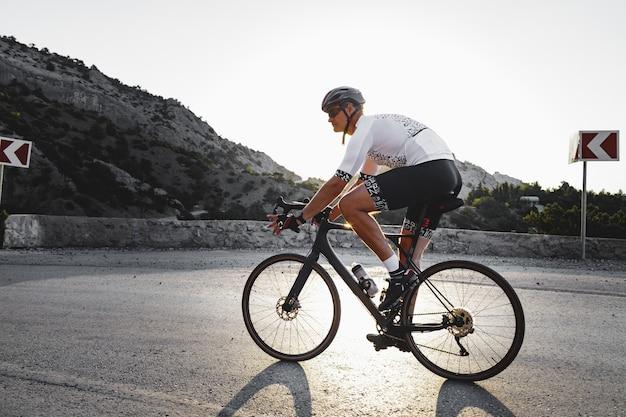 Coureur de vélo de route professionnel en action sur route de montagne