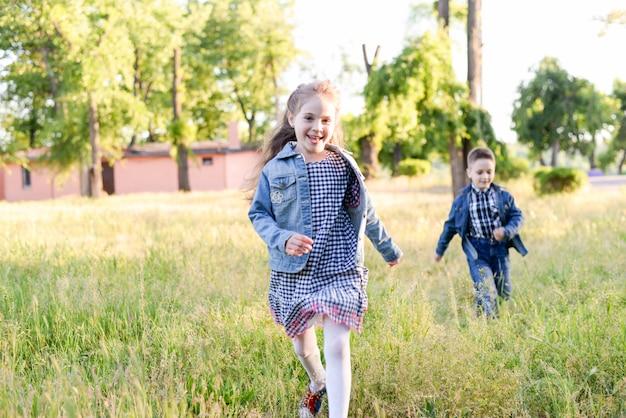 Des coureurs enthousiastes dans un champ vert jouent ensemble