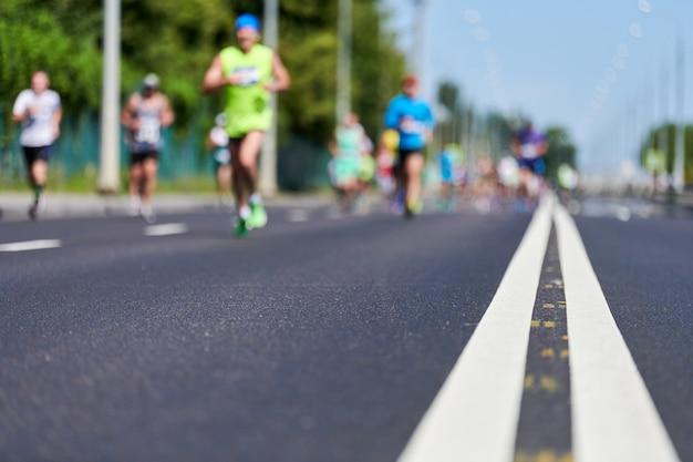 Coureurs de marathon dans la ville