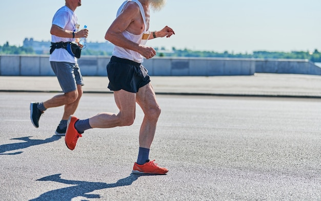 Coureurs de marathon sur événement sportif de remise en forme sur route de la ville