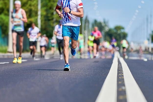 Coureurs de marathon sur route de la ville