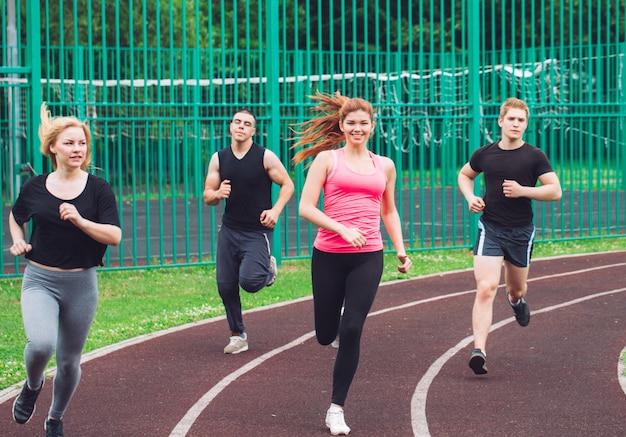 Coureurs professionnels en cours d'exécution sur une piste de course.