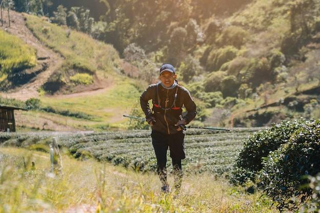 Coureurs. sentier de jeunes courir sur un chemin de montagne. parcours aventure courant sur un mode de vie montagnard.