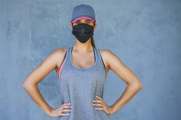 Coureuse utilisant un masque de protection pendant la pandémie de coronavirus