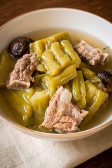 Courge amère avec soupe de côtes levées de porc - style cuisine asiatique