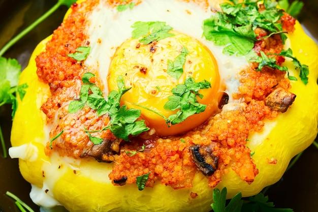 Courge farcie au couscous et aux champignons. patisson au four avec shakshuka.gros plan