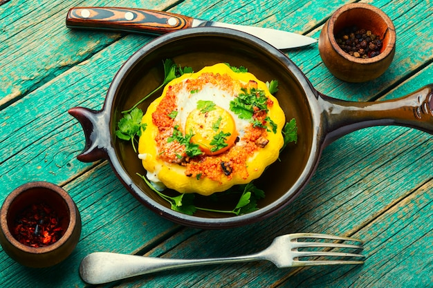 Courge farcie au couscous et aux champignons. patisson au four avec shakshuka.