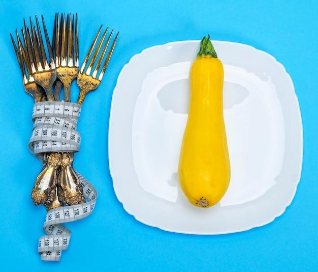 Courge jaune sur une assiette en céramique blanche