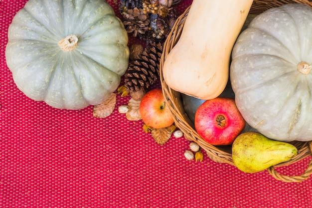 Courge pattypan avec des fruits dans le panier