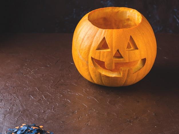 Courge sculptée d'halloween sur fond sombre