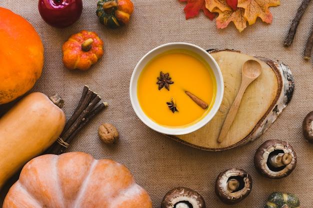 Courges et champignons près de soupe