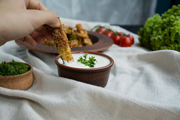 Courgettes au four avec du fromage et de la chapelure.