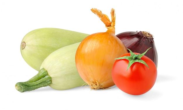 Courgettes crues, oignons et tomates isolés