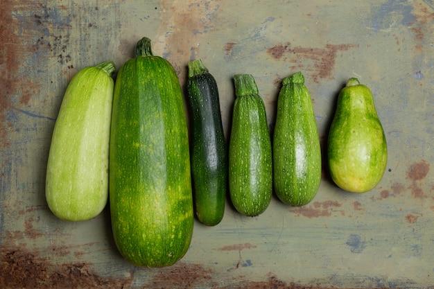 Courgettes fraîches ou courgettes vertes, produits frais de la ferme, courges d'été, frais généraux