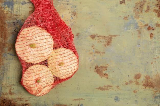 Courgettes fraîches dans un filet en plastique