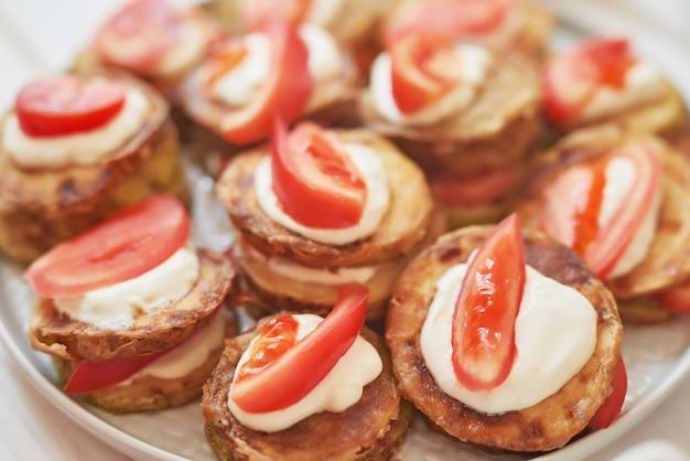 Courgettes frites avec tomates et sauce à la crème sure