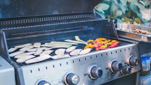 Courgettes tranchées, grillées, pique-nique avec barbecue en plein air. barbecue de courge rôti sur une grille métallique. barbecue végétalien. cuire des légumes sur le gril à l'extérieur