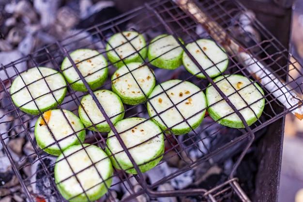 Courgettes vertes cuites au grill
