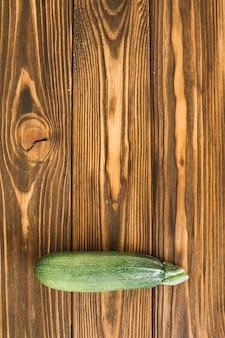 Courgettes vertes sur la table