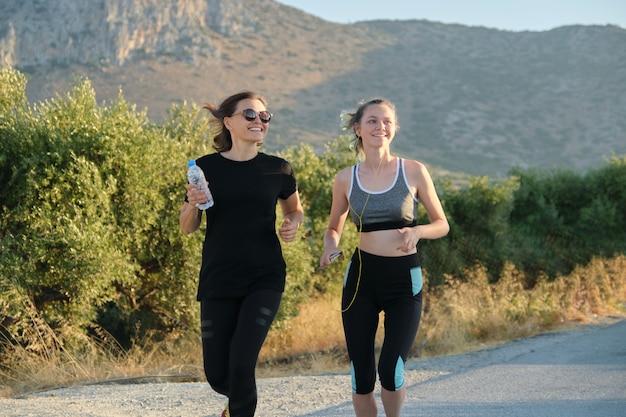 Courir les femmes en plein air, nature, montagne. mère d'âge moyen et fille adolescente, mode de vie familial sain et sportif actif.