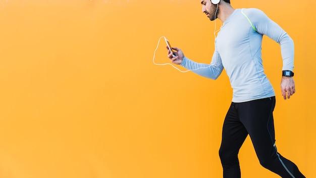 Courir l'homme en écoutant de la musique