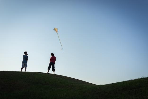 Courir avec la silhouette de cerf-volant
