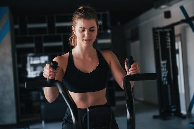 Courir vite. superbe femme blonde dans la salle de gym pendant son week-end