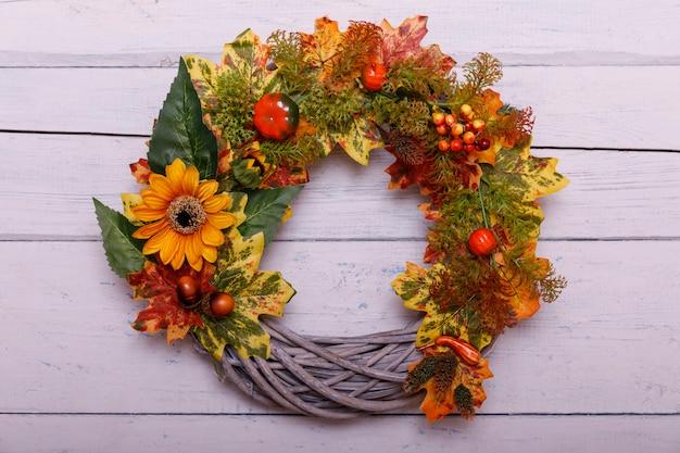 Couronne d'automne sur fond en bois. concept de thanksgiving. fond
