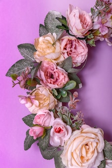 Couronne d'automne vintage de feuilles et de fleurs sur backgorund violet