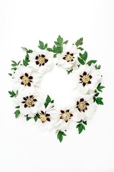 Couronne de cadre de fleurs de pivoine blanche sur une surface blanche