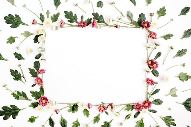 Couronne de cadre avec des fleurs sauvages rouges et blanches