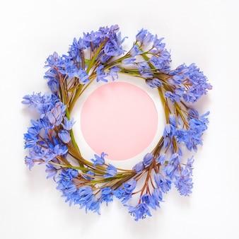 Couronne de cadre rond faite avec des fleurs de perce-neige