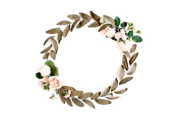 Couronne de cadre rond avec des roses et des feuilles séchées isolé sur blanc