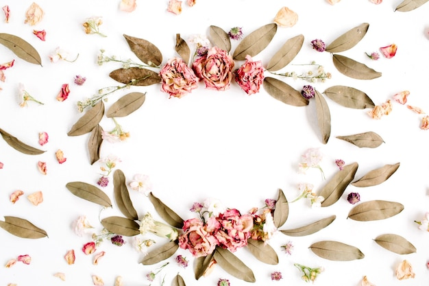 Couronne de cadre rond avec des roses et des feuilles séchées isolées