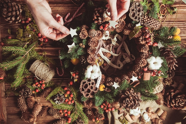 Couronne de composants naturels - préparation pour faire des décorations écologiques naturelles