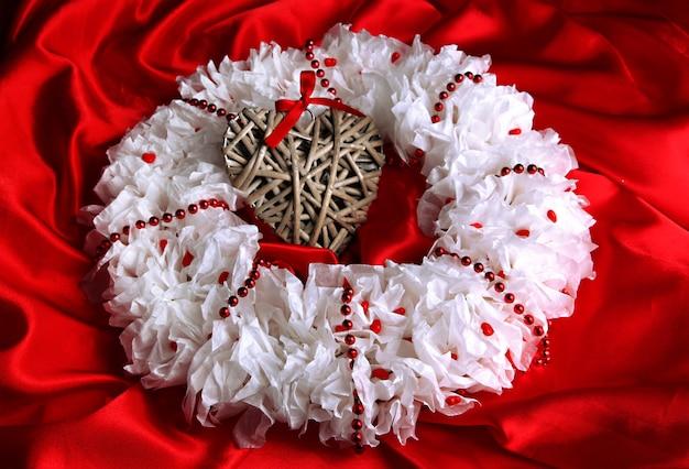 Couronne décorative avec coeur en osier sur fond de tissu