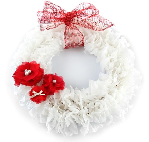 Couronne décorative avec des fleurs isolées sur blanc