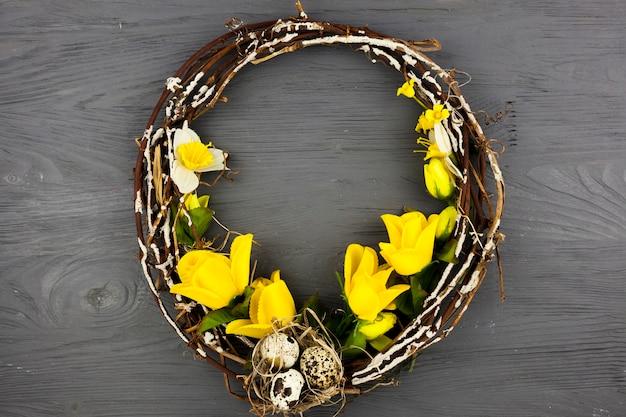 Couronne décorée d'oeufs et de fleurs