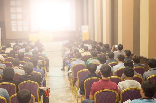 La couronne écoute le discours du président lors d'une réunion de travail. public dans la salle de conférence. affaires et entrepreneuriat. copiez l'espace sur un tableau blanc.